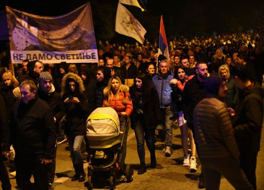 Nikšić: Veliki broj ljudi ispred policije čeka episkopa Joanikija, privedeno i sedam sveštenika SPC (VIDEO)