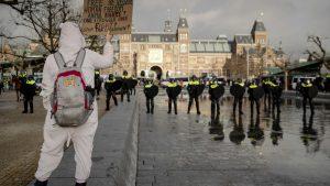 Policijski čas u Holandiji ostaje uprkos protestima