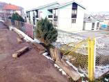 Polomljen deo ograde niškog vrtića Pepeljuga na Delijskom visu