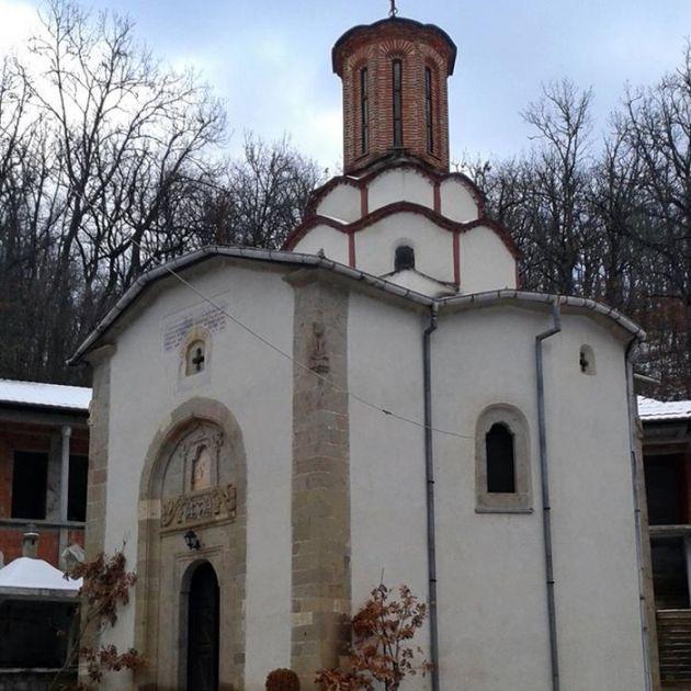 Polomljen putokaz za manastir Draganac u Novom Brdu