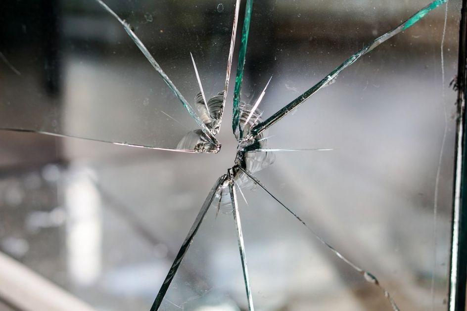 Polomljena stakla na ulaznim vratima srpske škole u Obiliću; Kancelarija za Kosovo i Metohiju osudila napad