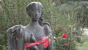 Položeno cveće na spomen obeležje Mileni Pavlovic Barili