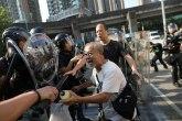 Ponovo kritično u Hongkongu: Rušeni zidovi sa protestnim porukama, policija preti suzavcem