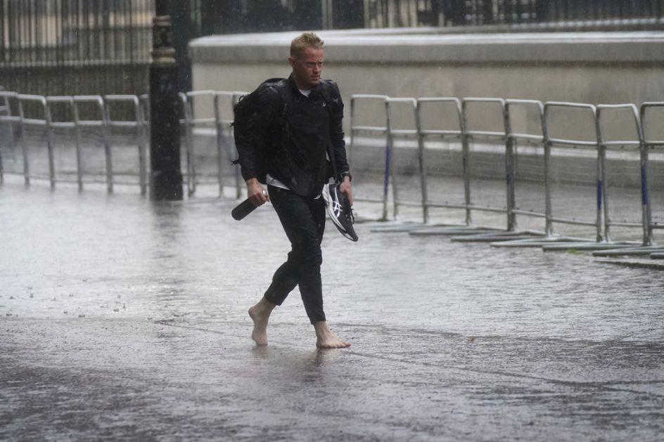 Poplave u Londonu, voda zatvorila osam metro stanica
