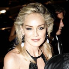 Popularna glumica u SEDMOJ DECENIJI prošetala U ČISTOM ZLATU - Zahvalna sam na OVAKVOM TELU