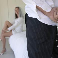 Porodica moje verenice ima BIZARAN RITUAL vezan za prvu bračnu noć! Kad sam saznao šta žele da uradimo, POLUDEO SAM!