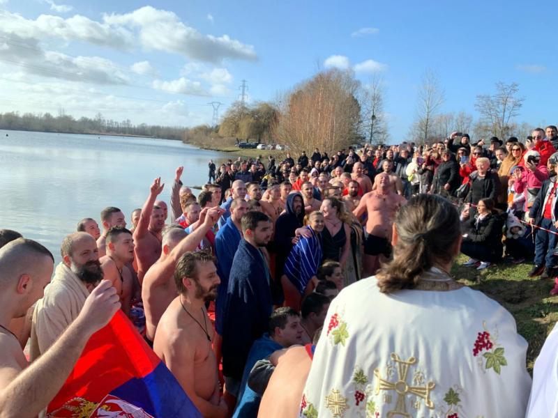 Porodica sa juga Srbije organizovala bogojavljensko plivanje u Parizu