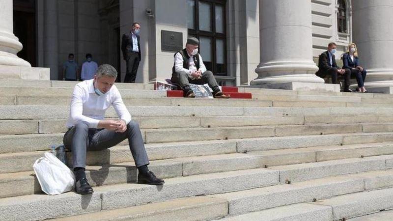 Protesti pristalica SNS i Dveri ispred Skupštine Srbije