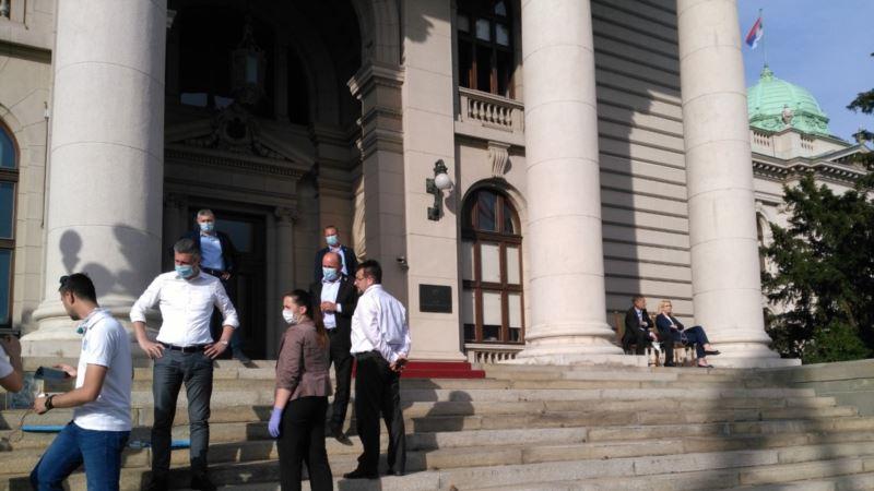 Poslanici vlasti i opozicije nastavili štrajk glađu ispred Skupštine Srbije