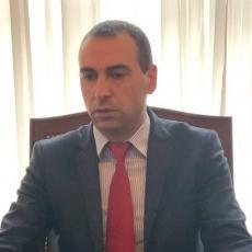 Poslanik Marković ukazao na skrnavljenje državnih obeležja: Trifunović cepao srpsku zastavu i dao sramno opravdanje