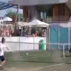 Poslao tatu na travu, pa mu pokazao kako se smečuje – Stefan Đoković je novo tenisko čudo (VIDEO)