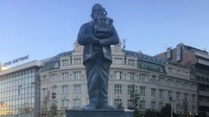 Postavljen spomenik Goranu Vesiću na Trgu Republike