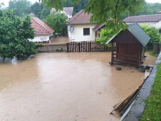 Potopljene kuće u Dragačevu, saobraćaj prekinut, ekipe dežuraju celu noć VIDEO/FOTO
