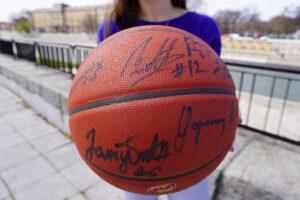 Potpisana lopta KK Partizan na licitaciji