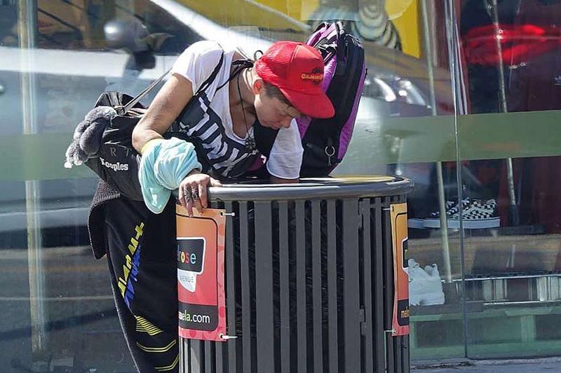 Potpuni slom: Bivša žena američke zvezde skuplja hranu po kontejnerima