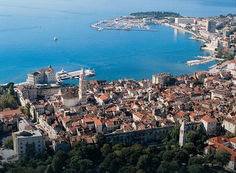 Potraga u Splitu: Muškarac upao u more, žena pluta u jedrilici