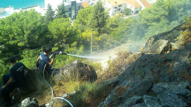 Gori borova šuma kod Sutomora, plamen pod kontrolom