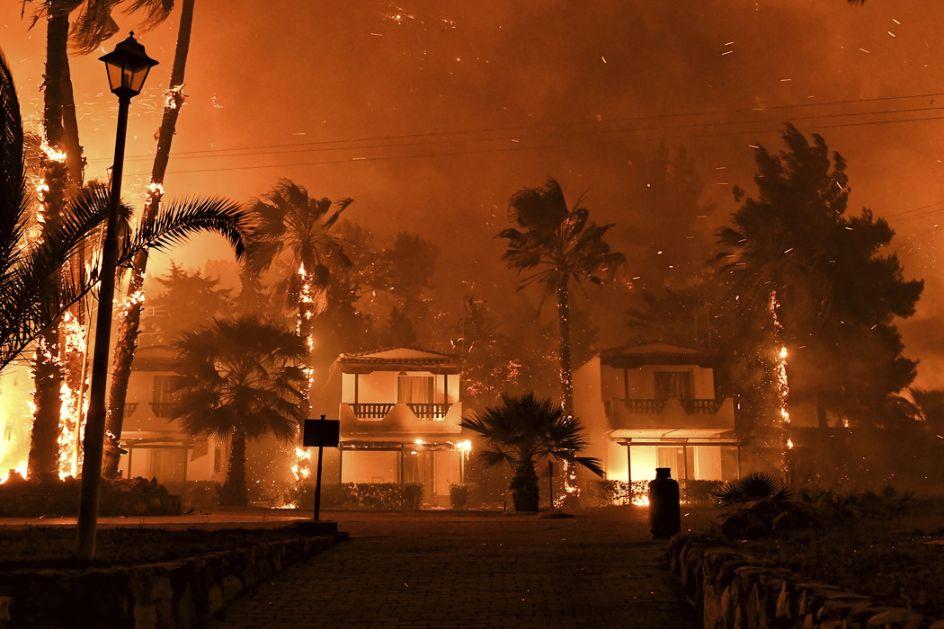 Požar na Peloponezu, 300 ljudi preventivno evakuisano