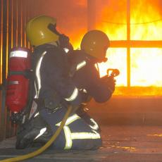 Požar u Karađorđevoj: Tri vatrogasne ekipe na licu mesta