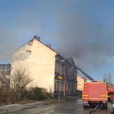 Požar u Mačvanskoj Mitrovici: Izgorela zgrada nekadašnjeg brodogradilišta (VIDEO)
