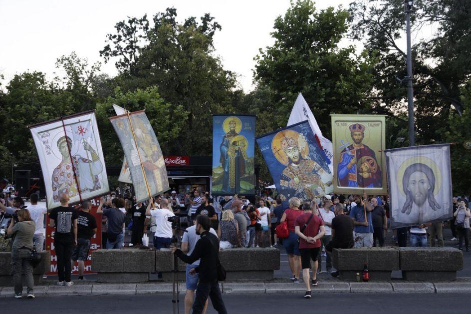 Bager i sveća za Džoa pred Skupštinom, litija, večeras najmanji broj demonstranata