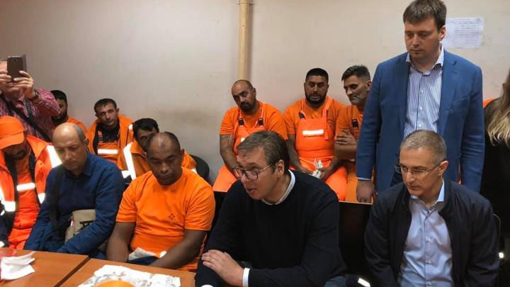 Predsednik Vučić posetio večeras JKP Gradska čistoća i razgovarao sa radnicima treće smene (FOTO)