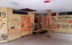 Prekrečeni grafiti mržnje u Novom Sadu na ulazu u zgradu gde živi Gruhonjić