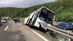 Prevrnuo se autobus kod Bubanj potoka, povređeno sedam osoba, saobraćaj otežan na autoputu prema Nišu