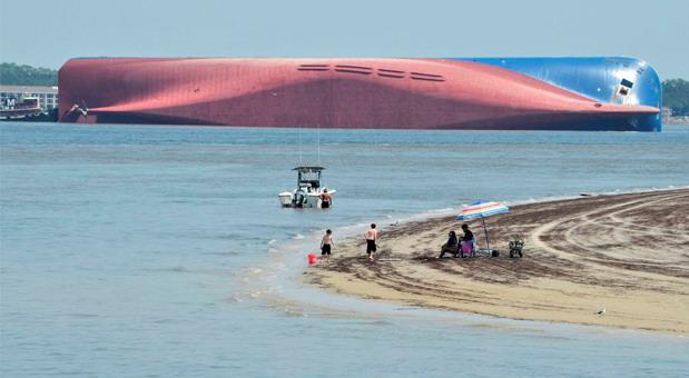 Prevrnuo se brod na kojem je bilo oko 4.000 novih automobila - završiće u smeću