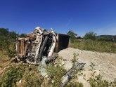 Prevrnuo se kamion pod teretom u selu kod Čačka: Vozač teško povređen FOTO