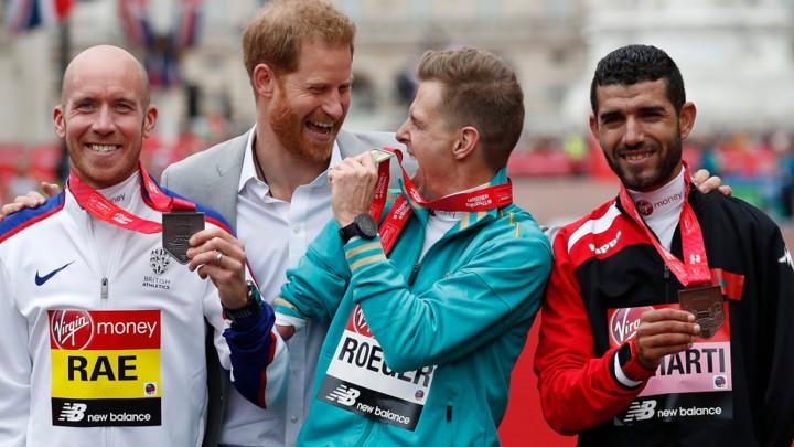 Princ Hari iznenadio sve i pojavio se na Londonskom maratonu (FOTO)