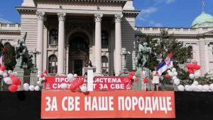 Obradović u porodičnoj šetnji: Mi smo treća politička opcija većinske Srbije (VIDEO)
