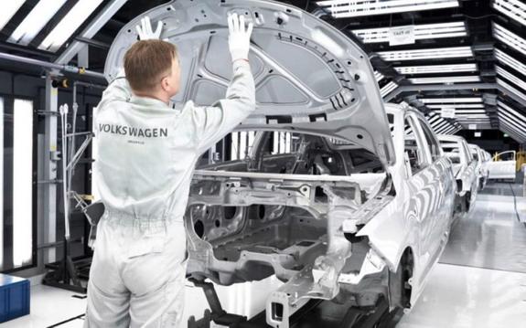 Proizvođači automobila širom sveta gase proizvodne trake