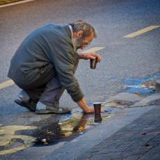 Prolaznici apelovali ZA POMOĆ: Pogledajte gde je jedan beskućnik odlučio da osuši svoj veš u CENTRU BEOGRADA (FOTO)