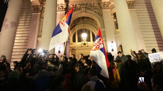 Protest 1 od 5 miliona u Beogradu, incident na skupštinskim vratima