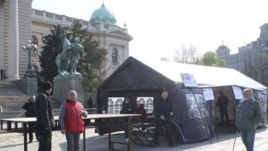 Protest Udruženja Ujedinjeni narod Srbije ispred Skupštine, traže oslobađanje njihovog osnivača