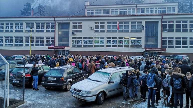 Protest ispred škole zbog fotografija sa četničkim obilježjima