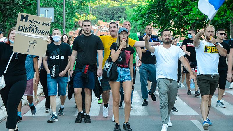 Protest u Boru: Šetnja glavnim gradskim ulicama [FOTO / VIDEO]
