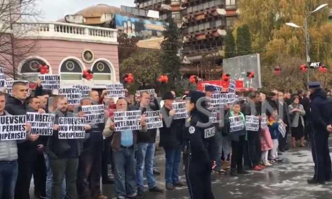 Protest u Peći tokom sednice kosovske i Vlade Albanije