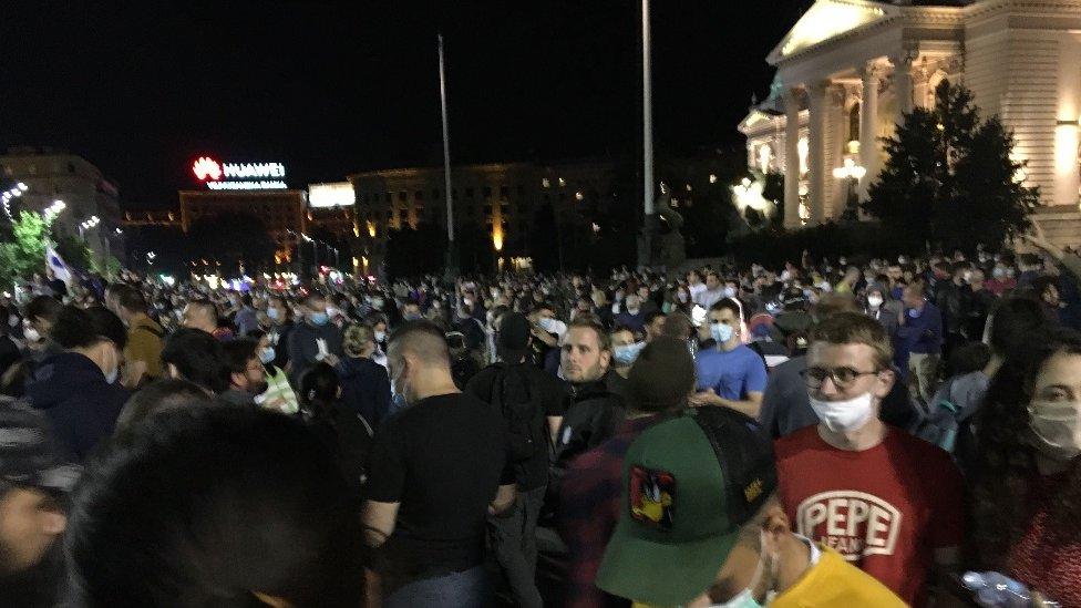 Protesti u Srbiji: Opet sukobi i suzavac u Beogradu, incidenti u Novom Sadu i Nišu