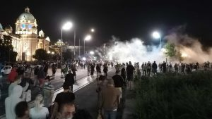 Protesti, suzavac i kamenice u Beogradu, policija izbacila grupu demonstranata iz Skupštine Srbije