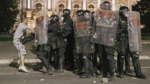 Protesti, suzavac, kamenice i konjica u Beogradu: Više od 60 povređenih – politički skup, kaže Vučić