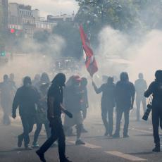 Protesti u Parizu: FRANCUSKA POLICIJA BACILA SUZAVAC NA ZDRAVSTVENE RADNIKE (VIDEO)