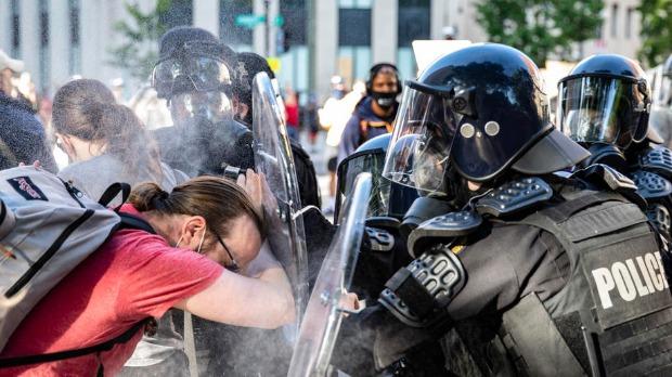 Protesti u SAD uprkos policijskom času, helikopter oduvao demonstrante u Vašingtonu