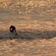 Proveo je 24 sata u olujnom moru, preplivavši 40 KILOMETARA: Surfer progovorio o velikoj borbi sa talasima