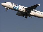 Putnici usred leta primetili da iz motora aviona kulja vatra FOTO