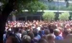 RADNICI NAPALI ČOVIĆA: Demonstranti bacali flaše, ima povređenih (VIDEO)