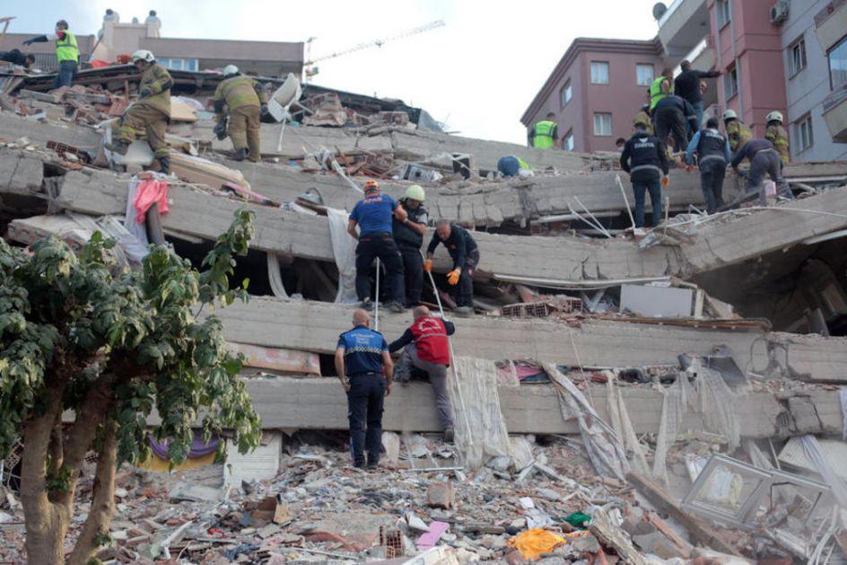 RASTE BROJ ŽRTAVA ZEMLJOTRESA U TURSKOJ I GRČKOJ: Poginulo 26 ljudi, povređeno više od 800, spasioci se probijaju kroz ruševine
