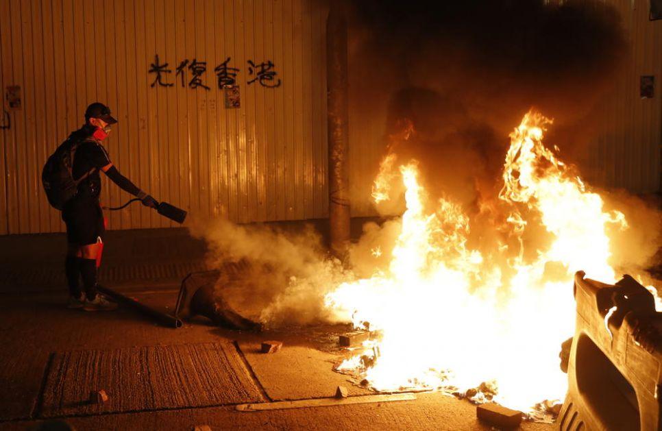 RAT NA ULICAMA HONGKONGA: Demonstranti palili sve pred sobom, policija ih zasula suzavcem (FOTO, VIDEO)