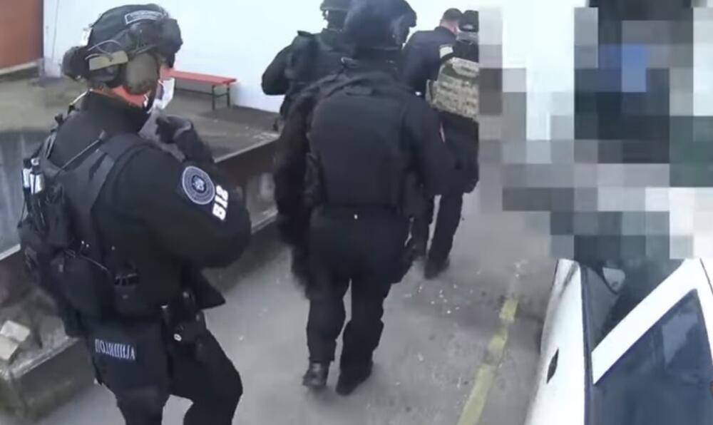 RAZBIJEN VELIKI KRIMINALNI LANAC, UHAPŠEN I POLICAJAC: Ovako su pali zbog droge i oružja u Severnoj Makedoniji! VIDEO